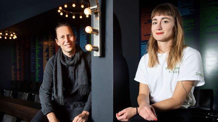 Die mitorganisierenden Dominik Unternährer und Francesca Blachnik im Kleintheater Luzern, der Veranstaltungsbasis des Festivals. (Bild: Eveline Beerkircher (13. Oktober 2021))