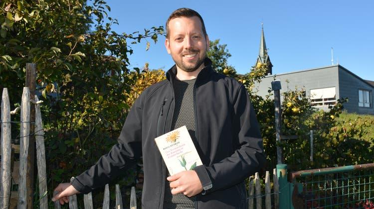 Autor Marcel Rothmund mit seinem Buch «Das Vermächtnis des Konstanzer Kräuterbuchs». (Bild: Monika Wick)