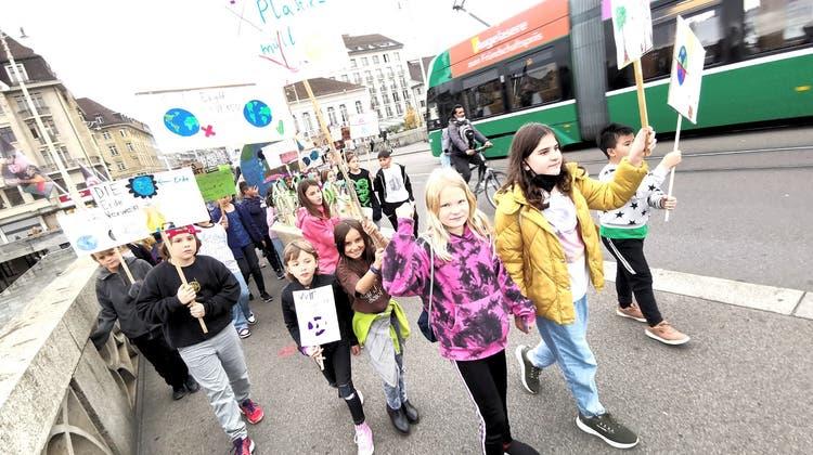 Mit ihren Schildern liefen die Kinder über die Mittlere Brücke. (Bilder: Martin Graf)