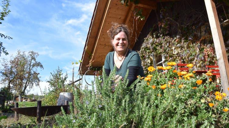 Andrea Küng aus Muri ist Fachfrau für Rituale. Aus ihren Kräuterbeeten stellt sie eigenes Räucherwerk zusammen und tankt am liebsten Kraft in der Natur. (Andrea Weibel)