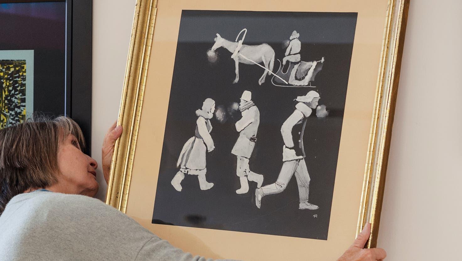 Das Gemälde «Frost» von Aleksandr Dejneka wird von einer Angestellten der GalerieGloggneraufgehängt. Ausgeführt wurde das Werk mit Deckweis (Gouache) und Tuschfeder auf schwarzem Papier. Seine Masse betragen 47 x 40 cm. (Bild: Dominik Wunderli (Luzern, 21.10.2021))