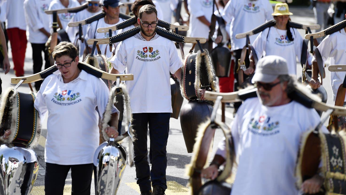Sie schwingen ihre Glocken gegen die Coronamassnahmen: Die Freiheitstrychler bei einer Demonstration. (Keystone)