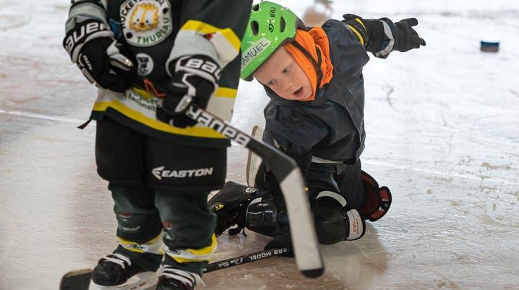 Zwei Kinder spielen gemeinsam Eishockey. (Bild: Michel Canonica)