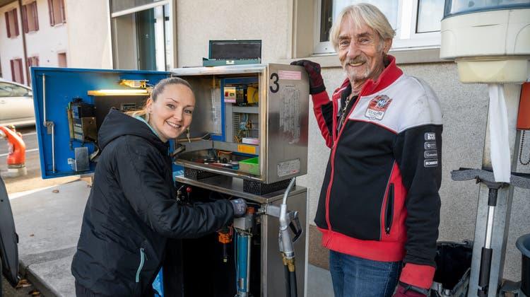 Sarah Störi-Schmidt ist die letzte landesweit, die Zweitakter-Tankstellen flickt und revidiert. Sie hat das Geschäft von ihrem Vater Rolf Schmidt übernommen. Hier kalibriert sie die 2-Takt-Tankstelle in Niederbipp neu. (Alex Spichale)