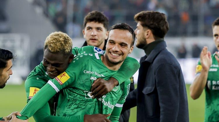 Jérémy Guillemenot wird nach seinem 2:1-Treffer gegen Servette vom vergangenen Sonntag von seinen St.Galler Teamkollegen beglückwünscht. (Christian Merz/Keystone)