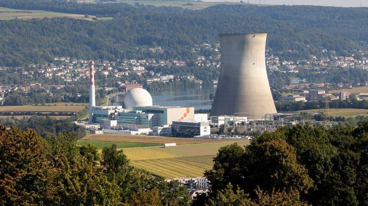 Seit Ende Mai steigen keine Dampfwolken mehr aus dem Kühlturm des Kernkraftwerks Leibstadt. Die Anlage befindet sich in der Jahreshauptrevision. (Archivbild September 2021: Severin Bigler)