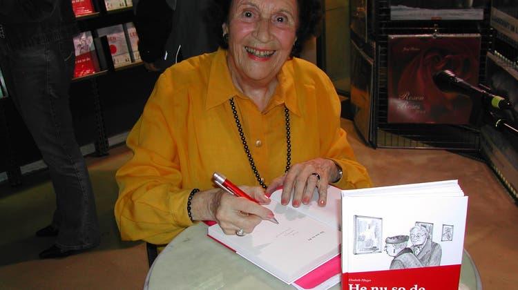 Elisabeth Pfluger (1919-2018) signierte 2009 ihr Buch «He nu so de» bei Bücher Lüthy in Solothurn. (frb)