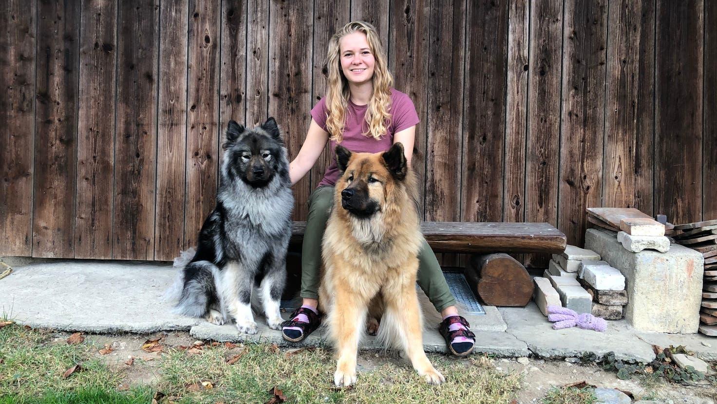 Stefanie Graf mit ihren Hunden Quira (links) und Paavo. Die beiden Eurasier bemerkten die Besucher zuerst. (Anja Suter)