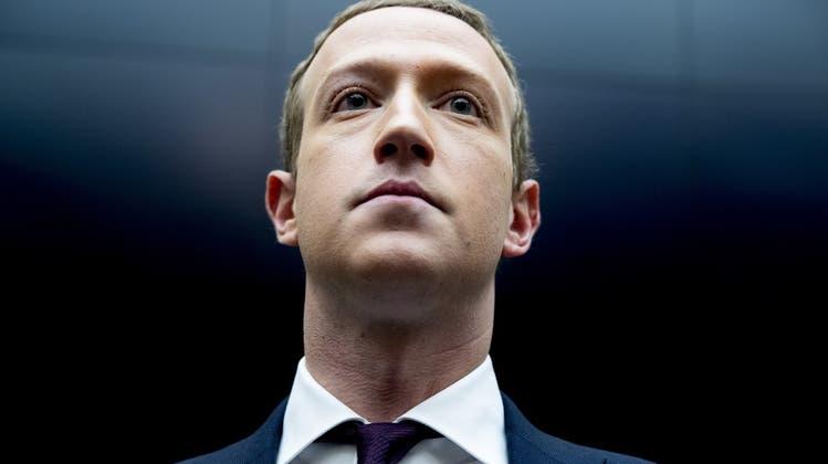 Zuckerberg durchquert ungesehen einen Konferenzsaal, weil alle Teilnehmer gerade in der virtuellen Welt verweilen. (2016) (Keystone)