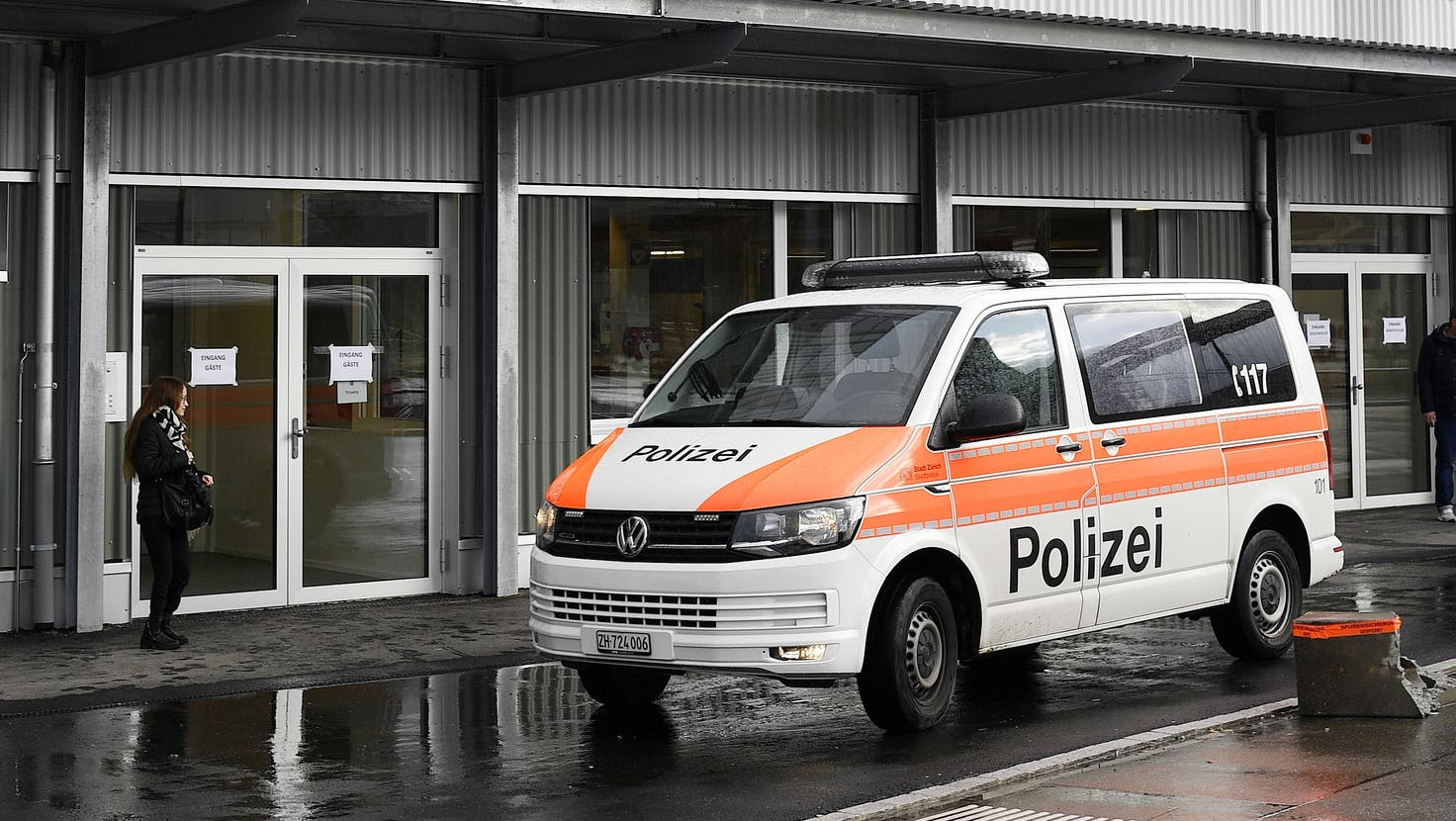 Die Polizei beim Bundesasylzentrum Zürich. (Bild: Walter Bieri/Keystone)