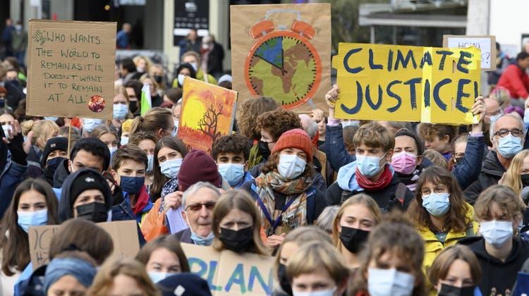 In Bern versammelten sich am Freitagmittag zahlreiche Personen, um fürs Klima zu protestieren. (Keystone)