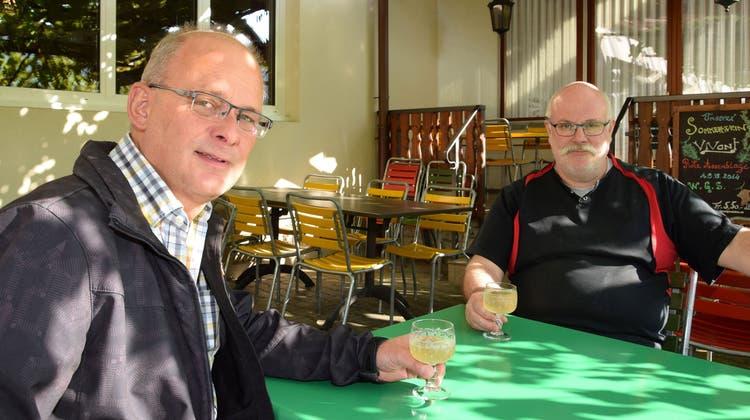 Hans Peter Kuhn, Geschäftsführer der Weinbaugenossenschaft Schinznach (links) und René Wassmer, Wirt vom Restaurant Weingarten, kennen den für die Region typischen weissen Sauser gut. (Michael Hunziker (30. September 2016))