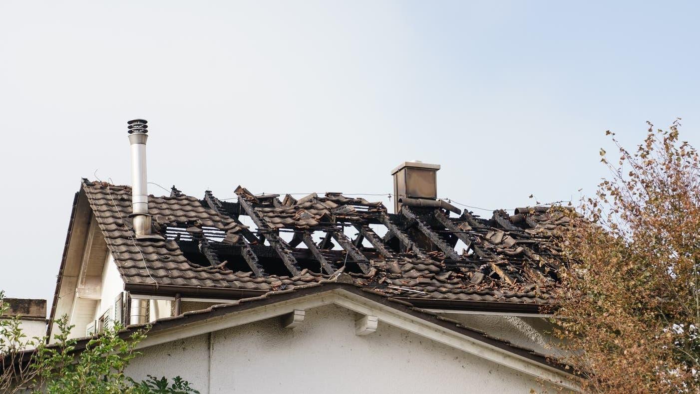 Am Sonntagabend brach in einem Wohnhaus in Leuzigen Feuer aus. (Keystone)