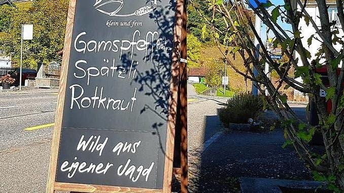 Gamspfeffer wird vor einem Gasthaus in Böttstein beworben. (RolandGerard/Südkurier)