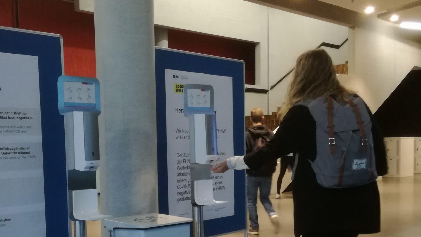 Seit Montag, 18. Oktober, gilt Zertifikatspflicht an der FHNW Brugg-Windisch – die Vorgaben sind auf Stellwänden beim Eingang angeschlagen. (Claudia Meier / Aargauer Zeitung)