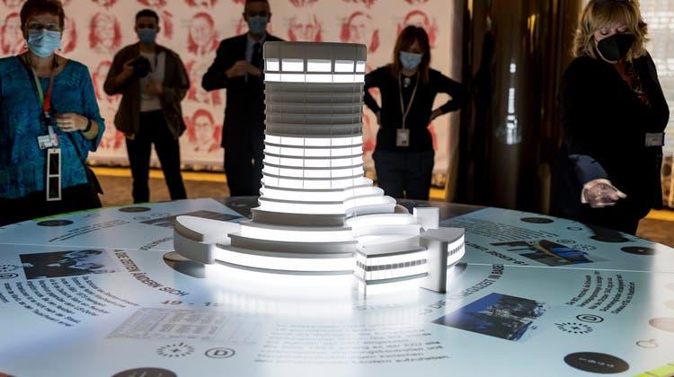 Das Modell des BIZ-Turms inklusive des interaktiven Tischs, der die Geschichte der Bank mit zahlreichen Fotos erzählt. (Kenneth Nars)