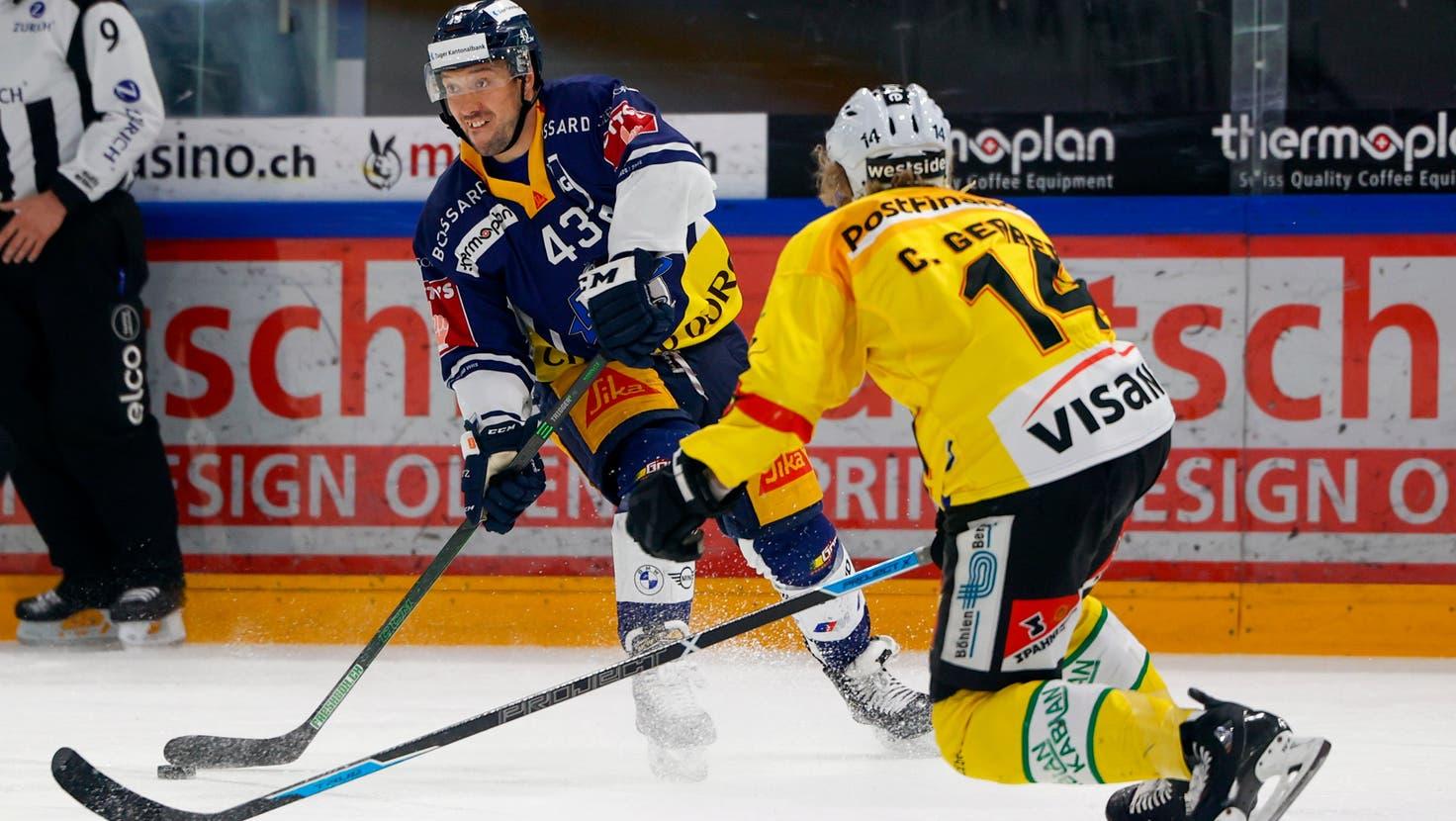 17.04.2021; Zug; Eishockey National League Playoff - EV Zug - SC Bern; Jan Kovar (Zug) gegen Colin Gerber (Bern)  (Marc Schumacher/freshfocus) (Marc Schumacher / freshfocus)