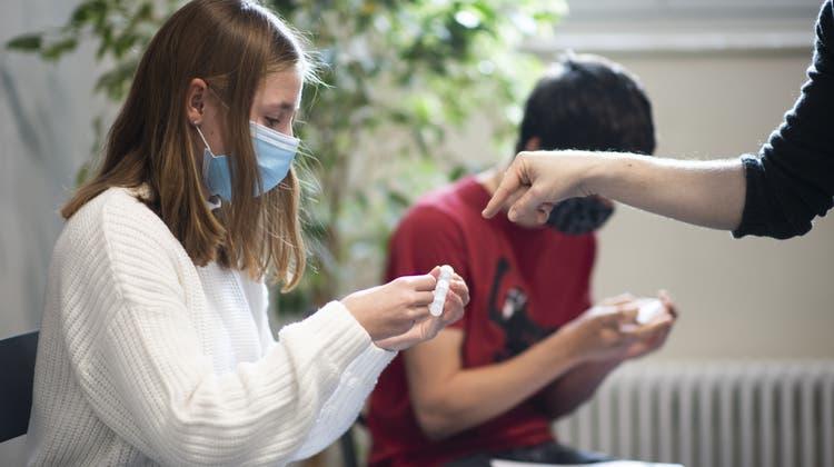 Die Schülerinnen und Schüler im Kanton Graubünden sollen sich regelmässig testen und eine Maske tragen. (Symbolbild) (Keystone)