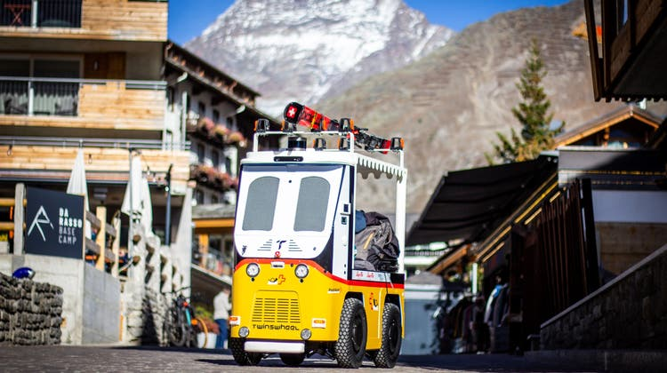 Auch die Skis finden auf Robi ihren Platz. (Saastal Tourismus)