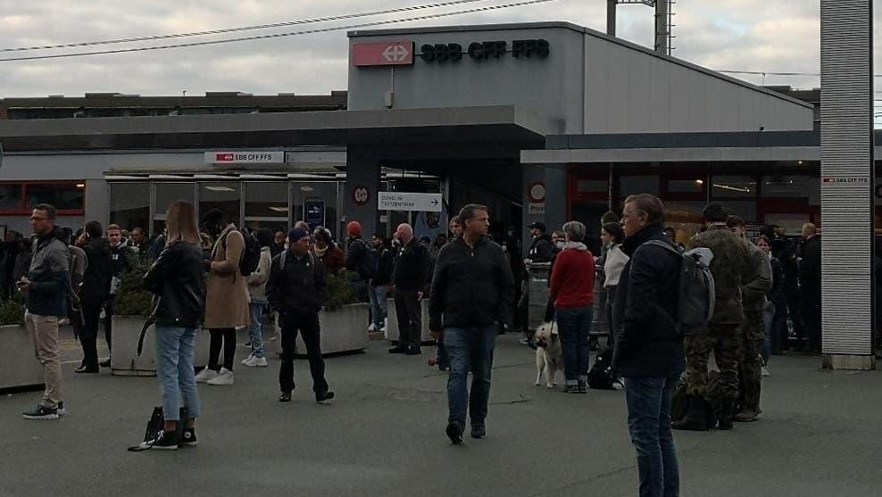 In Rotkreuz warten viele Leute auf den Bahnersatz. (Bild: StefanieGeske)