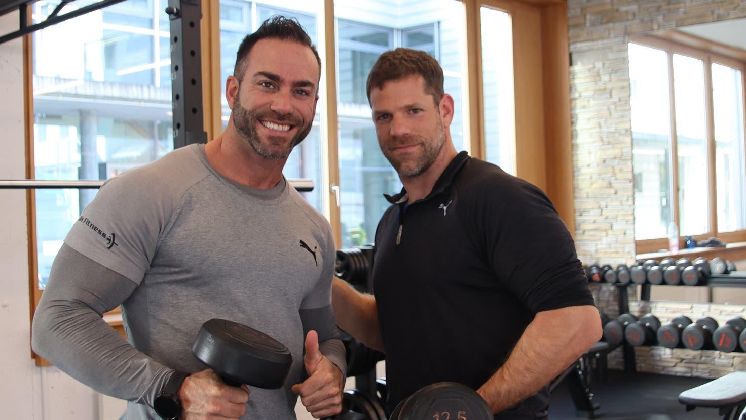 Marco Hirsiger,Profi-Bodybuilder und Pascal Vogel, Verkaufs- und Marketingleiter des «Diis Fitnesscenters» in Urdorf lassen ihre Muskeln spielen. (Lydia Lippuner)