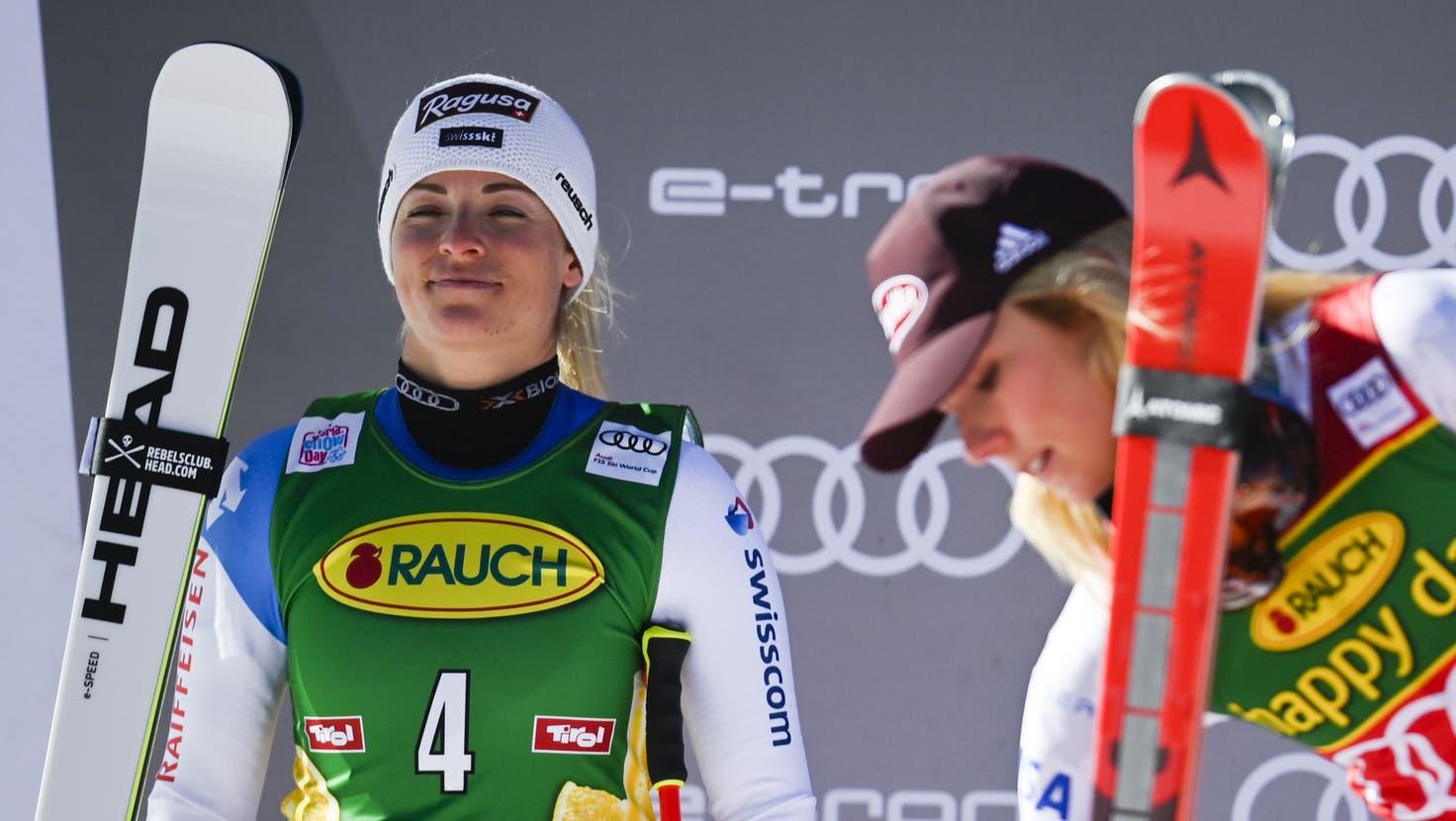 Selig lächelnd: Lara Gut-Behrami im Ziel von Sölden. (Gian Ehrenzeller / KEYSTONE)