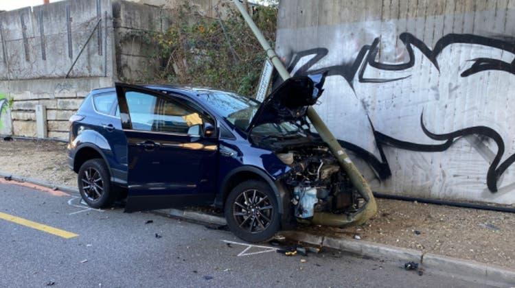 Der Unfallfahrer musste aus dem Wrack geborgen und ins Spital gebracht werden. (Polizei Basellandschaft)