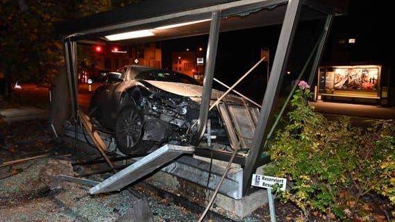 Der Sportwagen hat sich im Wartehäuschen regelrecht verkeilt. (Kantonspolizei St.Gallen)