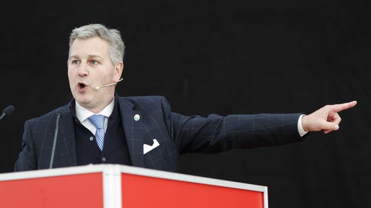 SVP-Präsident Marco Chiesa schwört die Delegierten auf einen Feldzug gegen die städtischen Zentren ein. (Cyril Zingaro / KEYSTONE)
