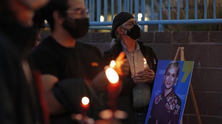 Mit einer Kerzennachtwache wird im US-Bundesstaat New Mexiko der getöteten KamerafrauHalyna Hutchins gedacht. (Andres Leighton / AP)