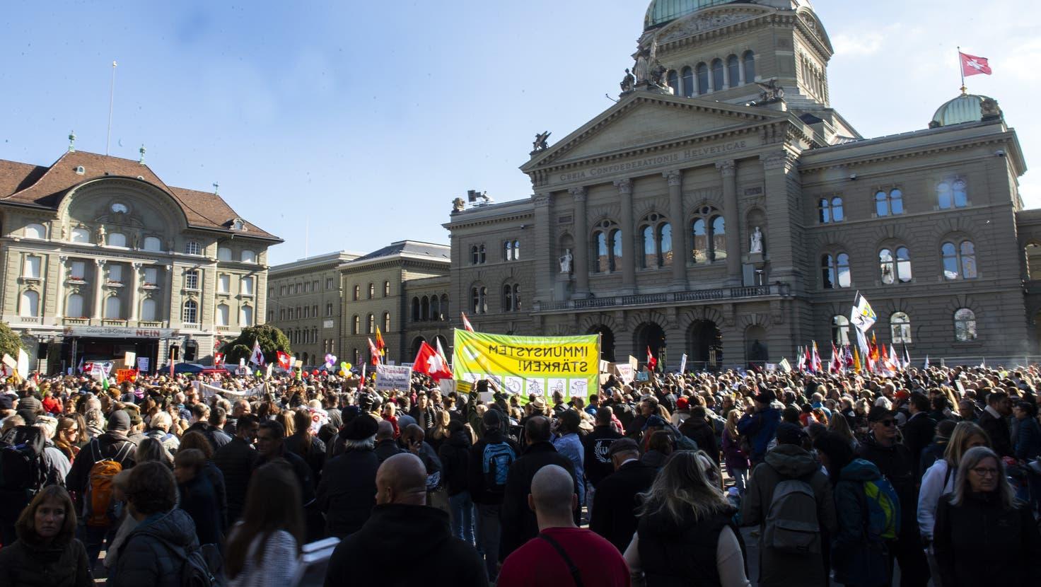 Die Gegnerinnen und Gegner der bundesrätlichen Coronapolitik haben sich in Bern zu einer nationalen Grosskundgebung versammelt. (Bild: Peter Schneider/Keystone (Bern, 23. Oktober 2021))