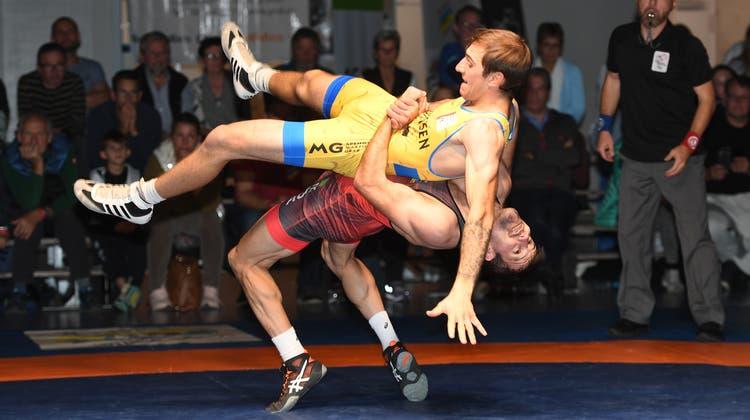 Pascal Strebel (unten) entschied das Generationenduell gegen David Loher für sich. (Willi Steffen)