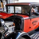 Hugo Wermelinger mit dem E-Ford aus dem Jahre 1929 in seiner Garage. (Bild: Nadia Schärli (Ruswil, 20. Oktober 2021))