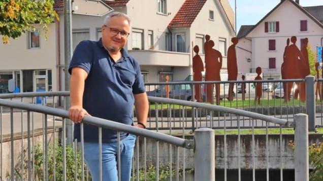 Ammann Mario Schegner vor dem «Sonnenkreisel» neben dem Gemeindehaus. (sif)