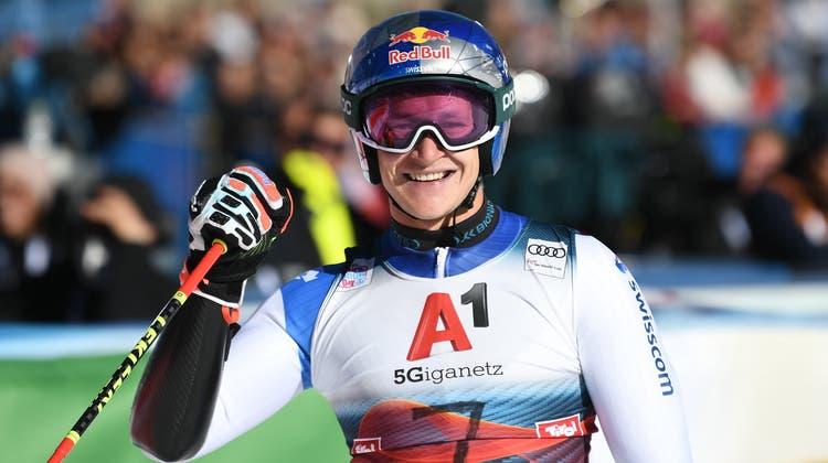 Marco Odermatt freut sich über den perfekten Start in die neue Saison. (Philipp Guelland / EPA)