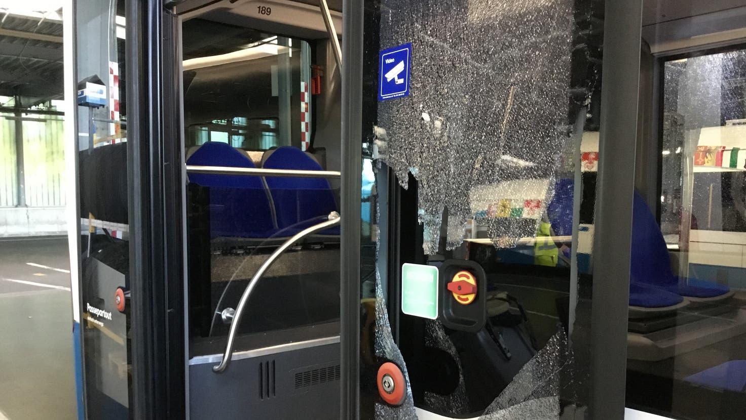 Die demolierte Tür eines VBL-Busses. (Bild: pd)