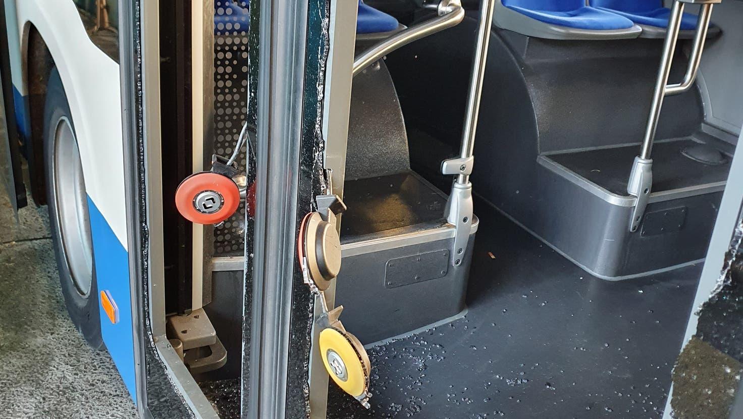 Die demolierte Tür eines Luzerner Busses. (Bild: pd)