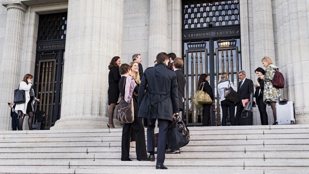 Die Richter des Bundesgerichts in Lausanne werden jeweils für sechs Jahre vom Parlament gewählt. (Im Bild: Anwälte warten mit ihren Mandanten vor dem Eingang des Bundesgerichts in Lausanne.) (Keystone)