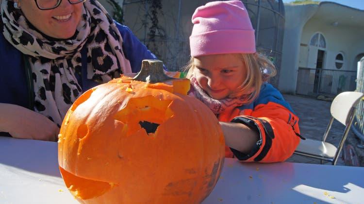 Eines der Highlights am Herbstfest der Freizeitanlage Chrüzacher war das Kürbisschnitzen. (Christian Murer)
