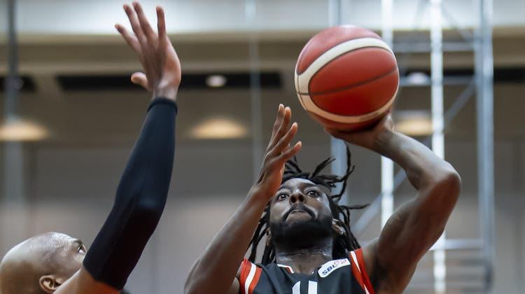 Der 20-jährige Kelechi Obim (am Ball) lässt die Boncourt-Verteidigung hinter sich. (Bild: Andy Schick (24. Oktober 2021))