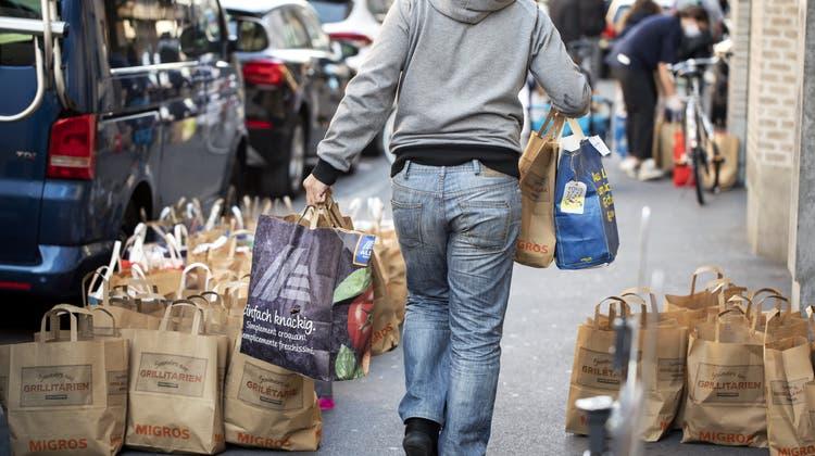 Armut wegen Corona: Im Frühling 2020 wurden in verschiedenen Schweizer Städten wie hier in Zürich kostenlose Lebensmittelpakete verteilt. (Keystone)