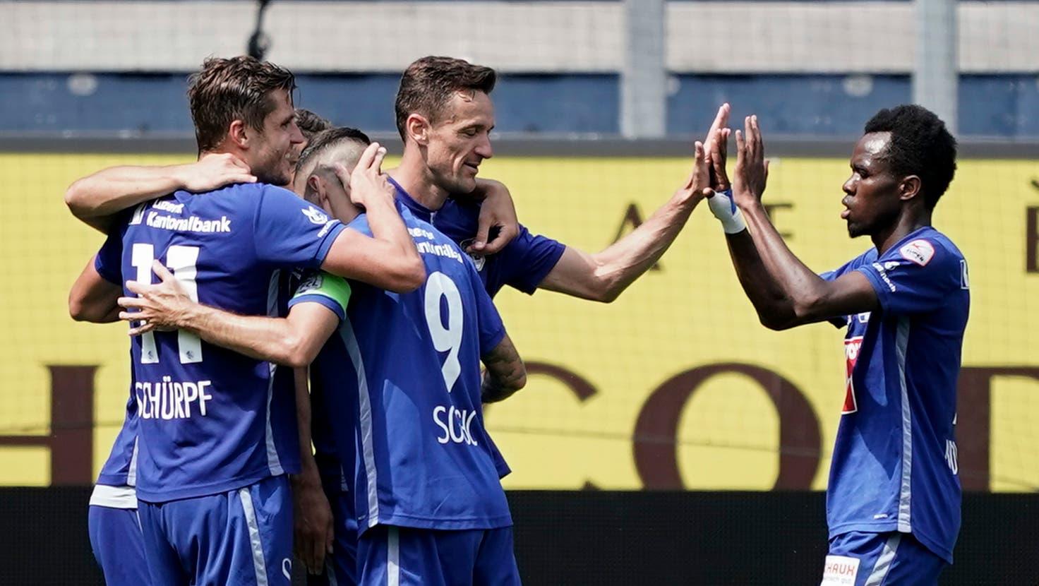 Pascal Schürpf(links mit der Nr. 11) und Ibrahima Ndiaye (rechts) sind nach längerer Verletzungspause zurück im FCL-Team. (Bild: Martin Meienberger/Freshfocus (Luzern, 17. Juli 2021))