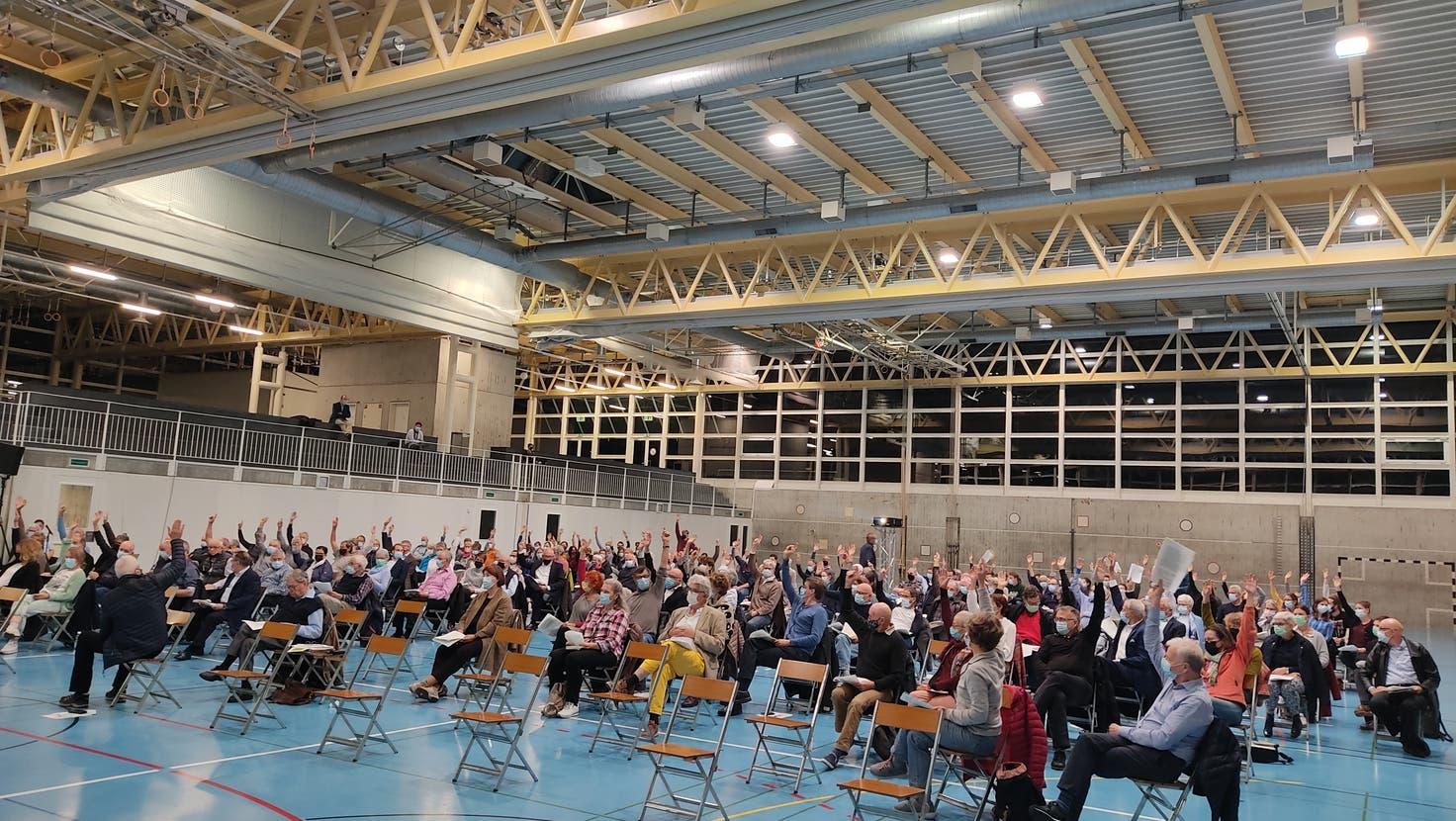 Der Entscheid fiel mit einer komfortablen Zwei-Drittels-Mehrheit: Die Ortsbürger bieten das Zeughaus-Areal dem Kanton im Baurecht für eine Kantonsschule an. (Valérie Jost)