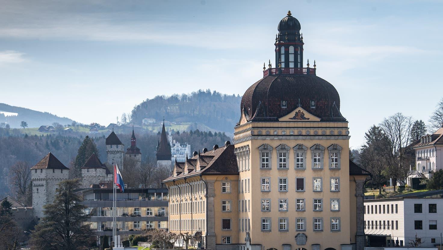 Blick auf den Suva-Hauptsitz in Luzern. (Bild: Boris Bürgisser (23. März 2021))