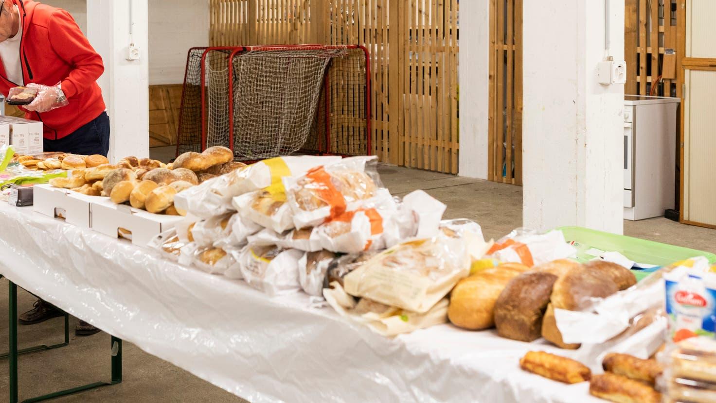 Lokale Initiativen zur Weitergabe von nicht mehr verkäuflichen Lebensmitteln gibt es bereits. Nun soll der Regierungsrat ein flächendeckendes Konzept vorlegen. (Severin Bigler)
