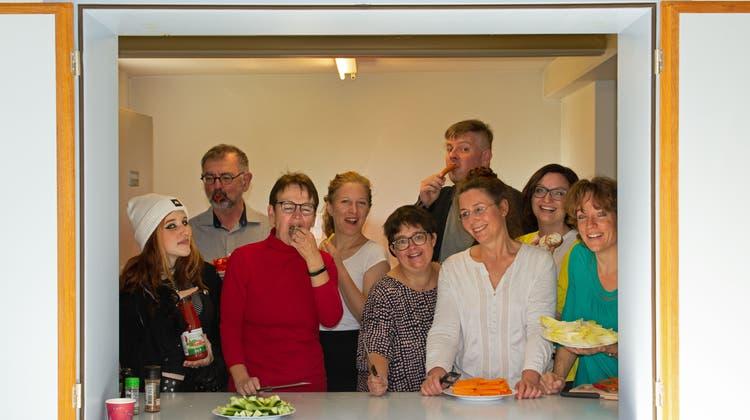 Die Theatergruppe Bünzen freut sich auf ihr neues Stück – schon beim Fotoshooting wird deutlich, dass sie Spass haben: Shanaja Brun, Hans-Peter Meier, Andrea Schuler, Regisseurin Eva Mann, Daniela Ketterer, Michi Diener, Brigitte Stutz, Fabienne Keller, Regula Wohler (von links). (Verena Schmidtke)