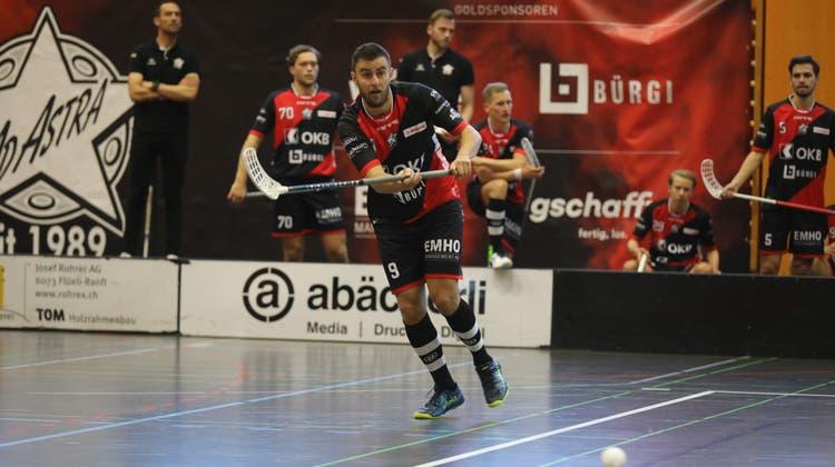 Sarnens Valerio Läubli: Wohin fliegt dieser Ball? (Bild: Andreas Bass (Sarnen, 24. Oktober 2021))