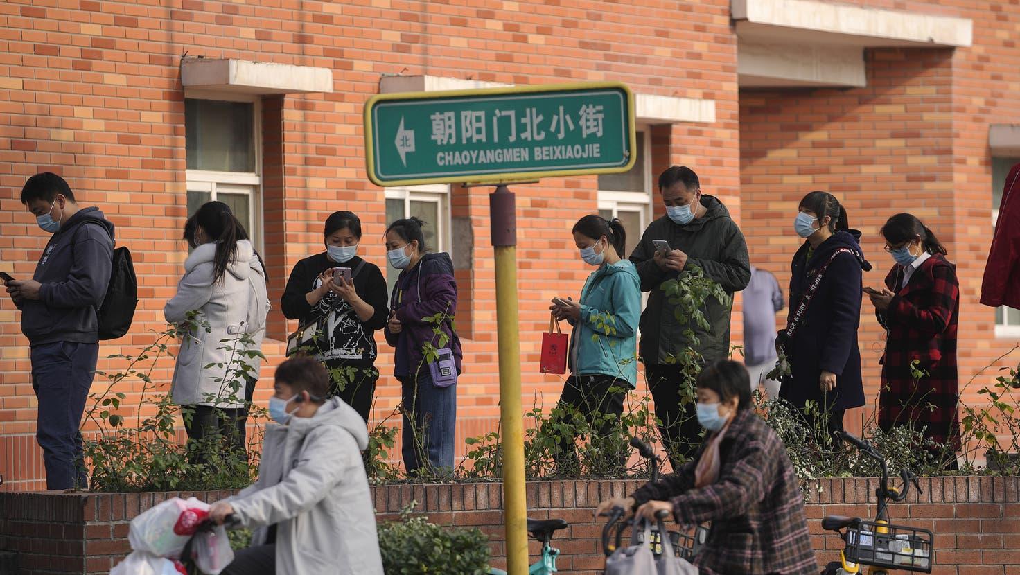 Menschen stehen in Peking an um einen Impf-Booster zu erhalten. Die chinesischen Impfstoffe haben eine geringere Wirksamkeit. (Andy Wong/ Keystone)