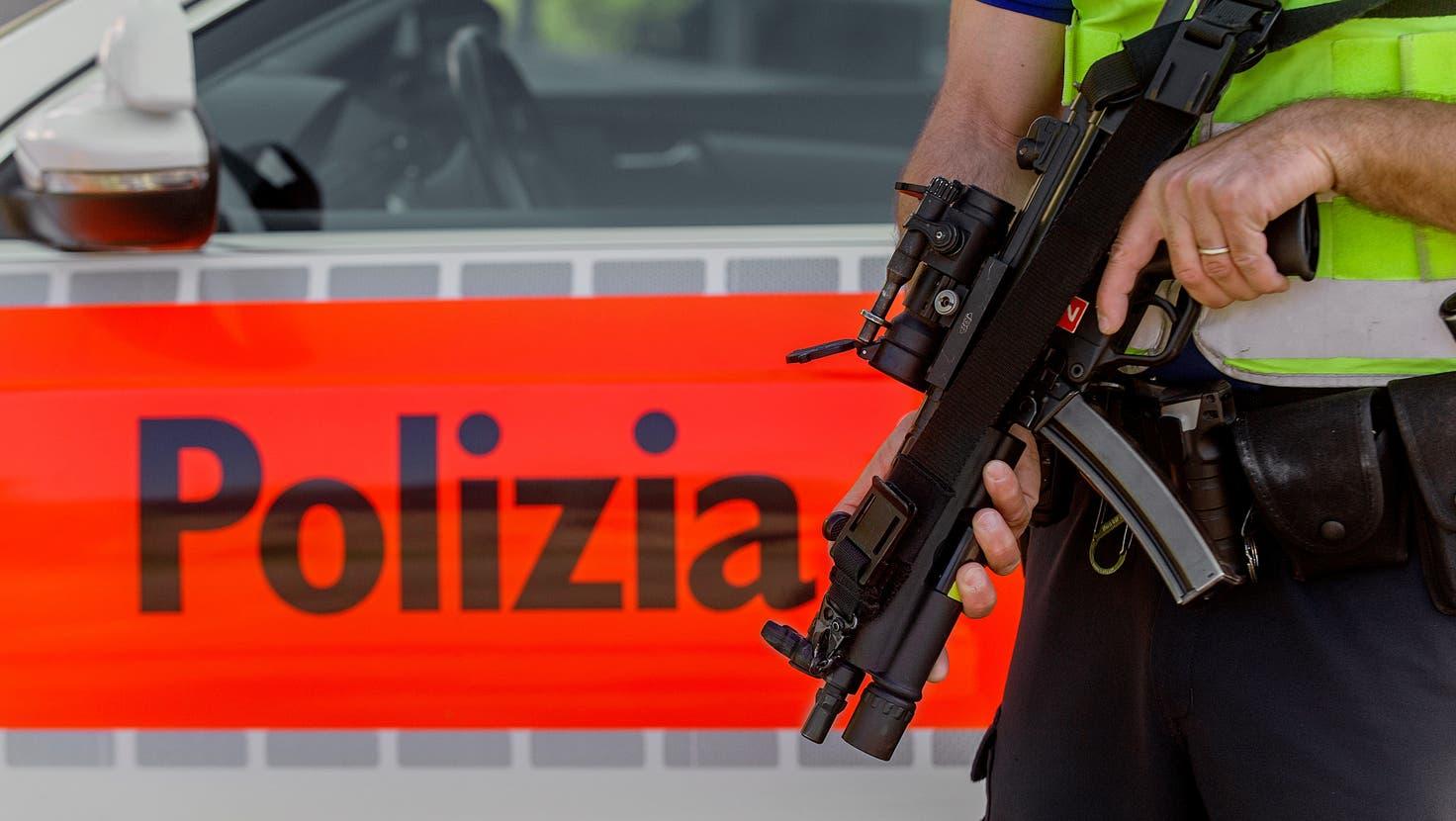Ein Polizist der Kantonspolizei Tessin bei einer Strassensperre in Bellinzona. (Keystone)