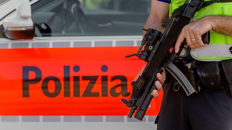 Ein Polizist der Kantonspolizei Tessin bei einer Strassensperre in Bellinzona (Themenbild). Im Tessin traf der Boss des 'Ndrangheta-Clans der Anello-Frucisamt Gattin in der Nähe von Lugano ein, um ein Geschäft vorzubereiten. (Keystone)